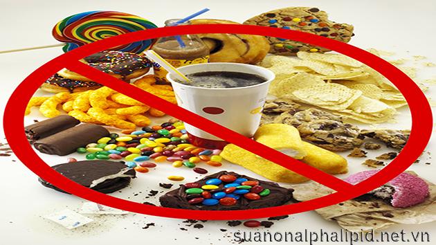 Tránh các loại thực phẩm chế biến sẵn vì chúng chứa lượng lớn natri tăng nguy cơ cao huyết áp, tim mạch