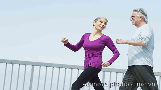 Hoạt động thể chất là một trong những cách giảm cholesterol cao một cách khoa học nhất, vừa duy trì được trọng lượng khỏe mạnh, sức khỏe ổn định còn tránh được các bệnh tim mạch huyết áp