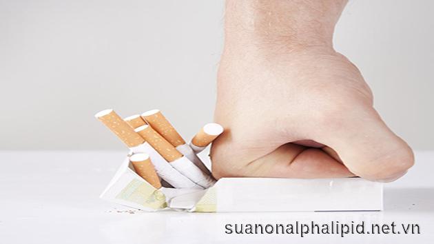"""Hút thuốc lá để bảo vệ quả tim khỏe hơn, những nghiên cứu đã chỉ ra rằng những người từ bỏ được thuốc lá đã giúp giảm được lượng cholesterol """"xấu"""" LDL gây tắc động mạch so với những người vẫn hút"""