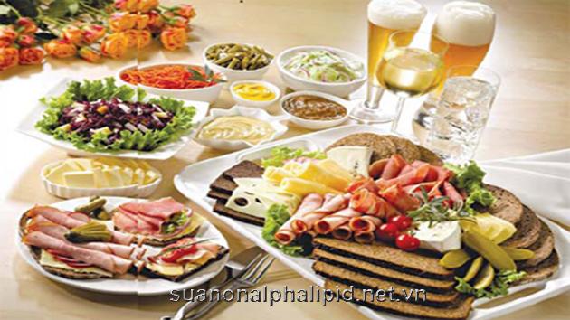 Không thể ăn một lúc quá nhiều thức ăn để đáp ứng đủ nhu cầu hàng ngày
