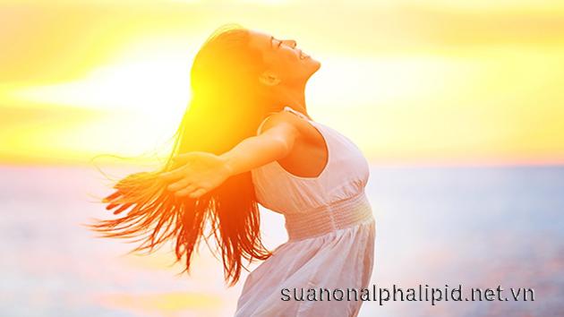 Tắm nắng là nguồn vitamin D tự nhiên giúp cơ thể hấp thu tốt nhất