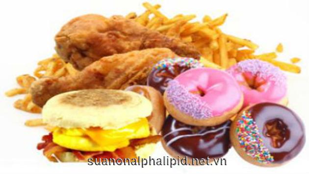 Khi ta ăn quá nhiều chất béo, các chất béo dư thừa được lưu trữ trong các tế bào gan và dần dần hình thành nên gan nhiễm mỡ