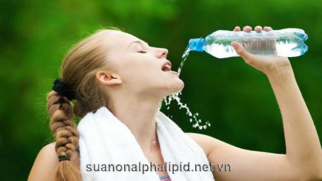 khi cơ thể thiếu nước, đường tuần hoàn qua máu sẽ dày đặc hơn dẫn đến lượng đường trong máu cao hơn